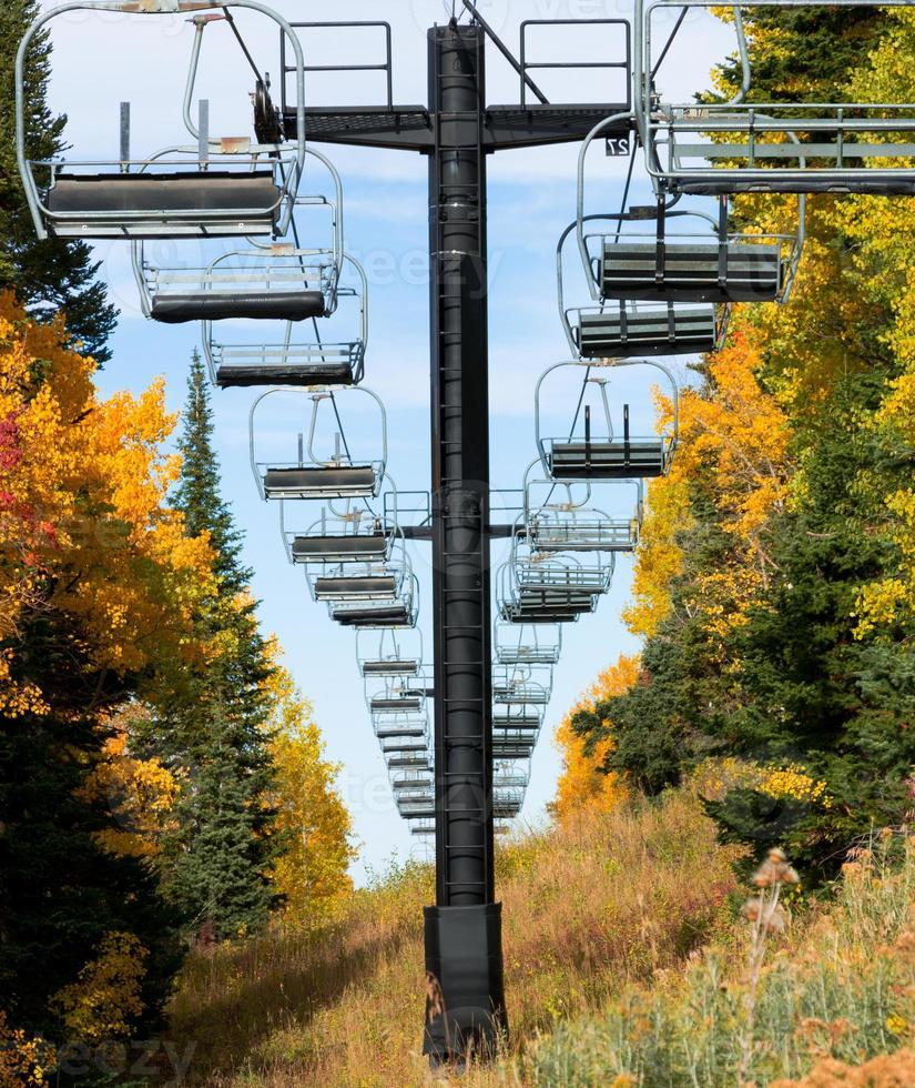 lege skiliftstoelen en gebladerte vallen foto