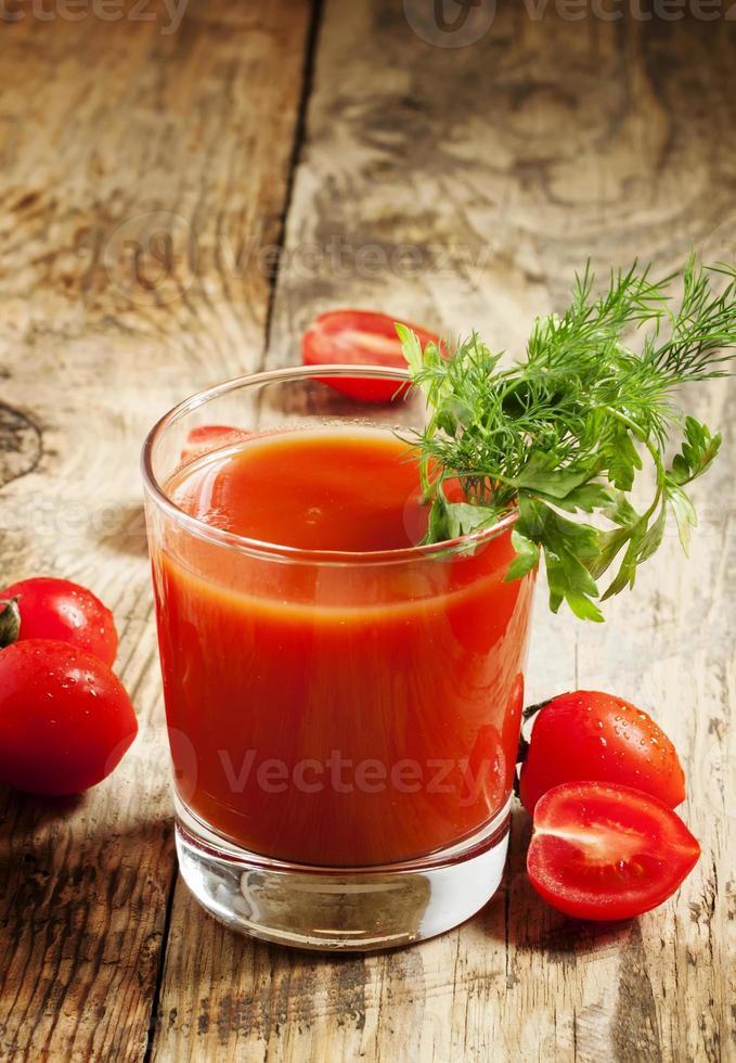 vers tomatensap met kruiden en tomaten, selectieve aandacht foto