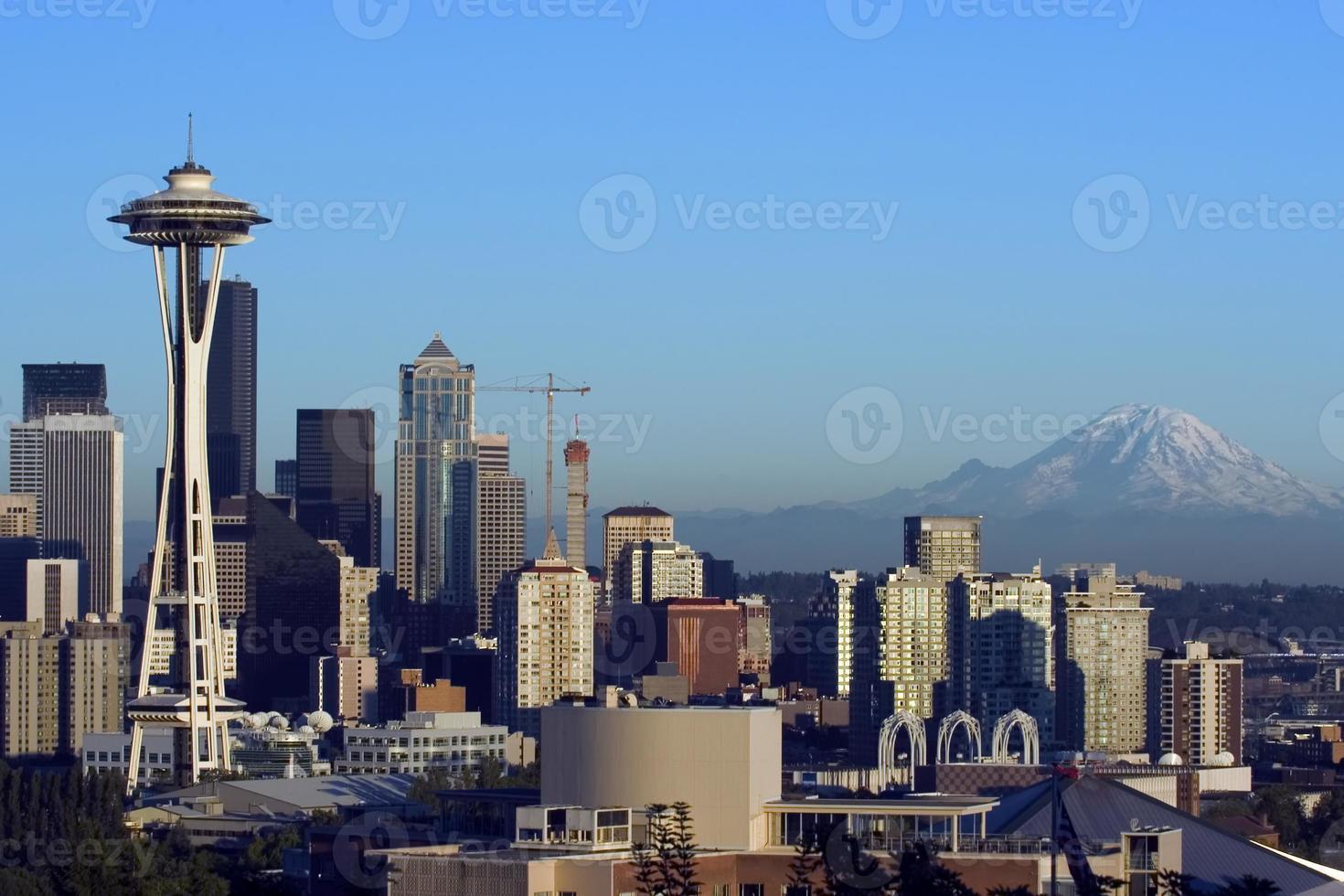 Seattle met regenachtiger voor zonsondergang foto