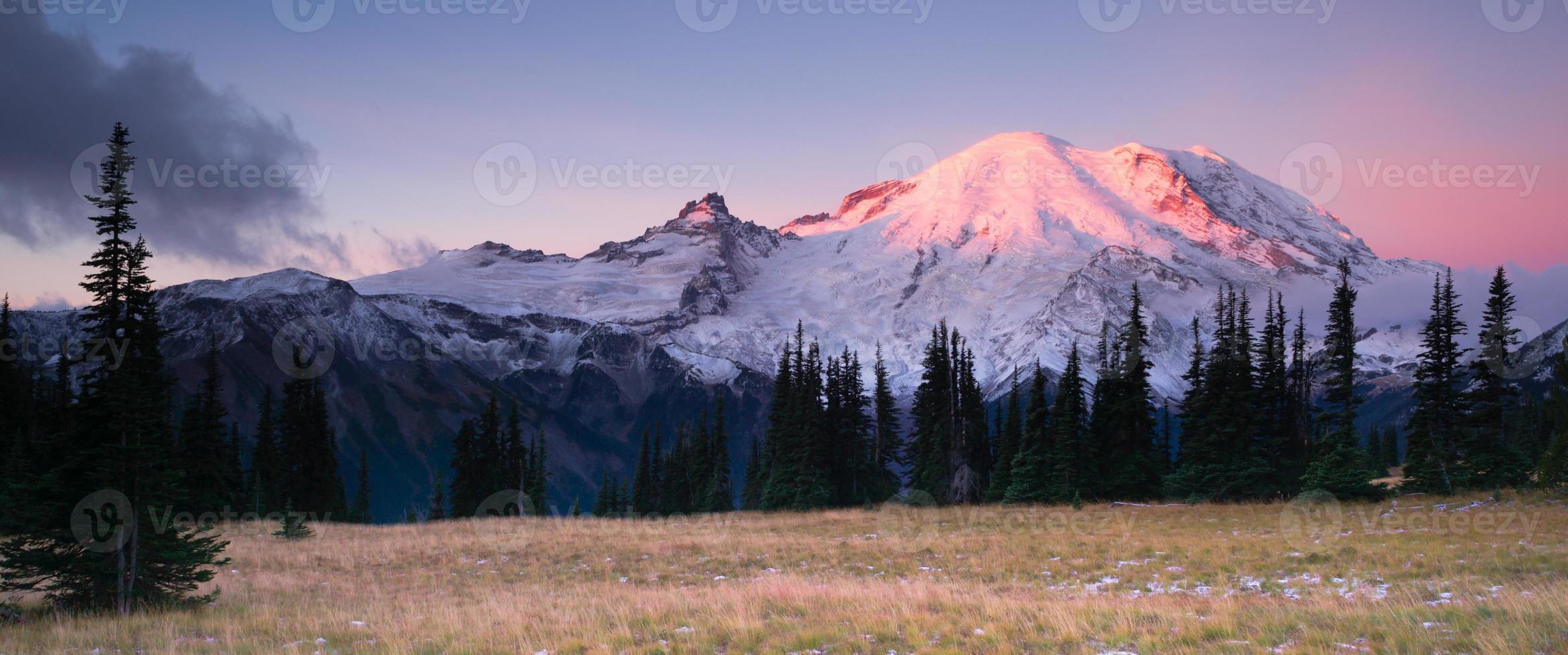 smokey zonsopgang mt regenachtiger nationaal park cascade vulkanische boog foto