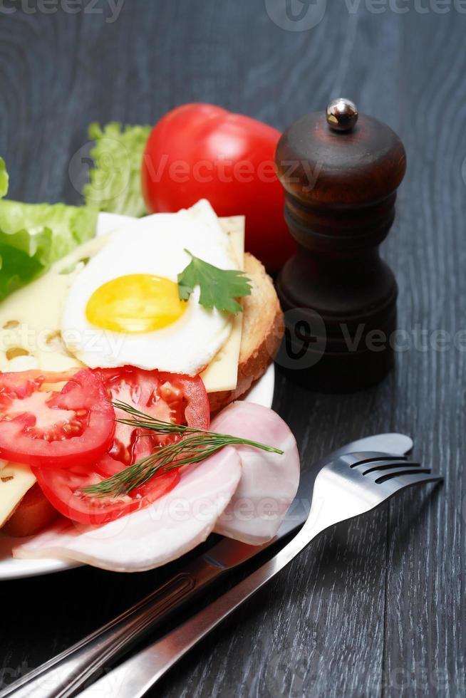 gebakken eieren met tomaten foto
