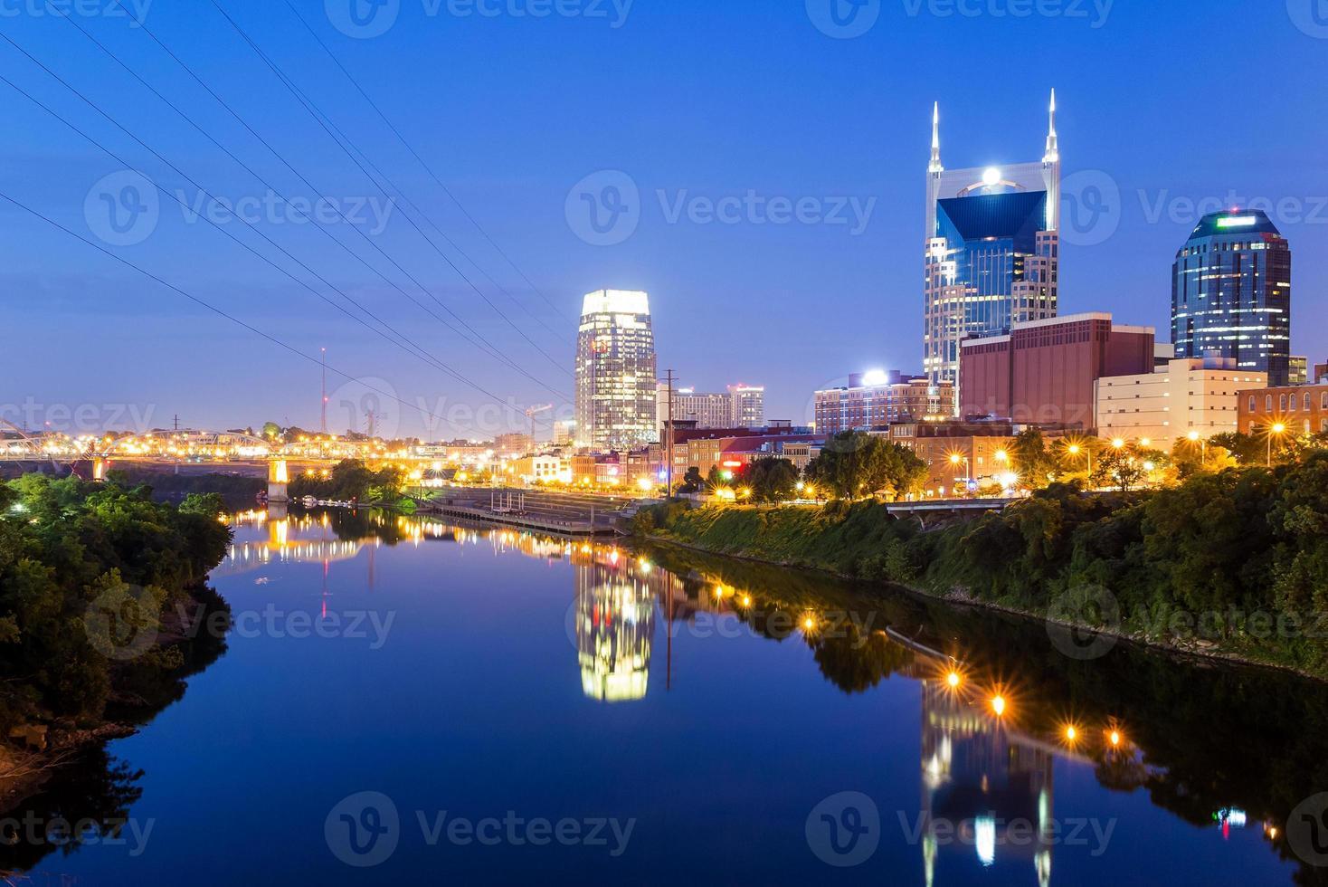 Nashville, Tennessee skyline van het centrum bij avondschemering foto