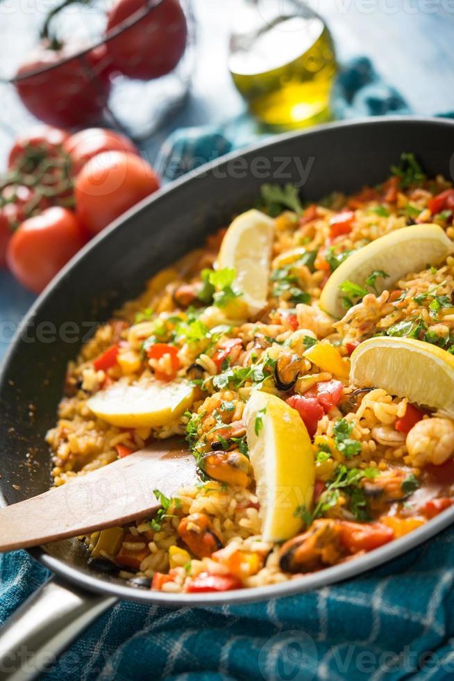 Spaanse paella met zeevruchten foto