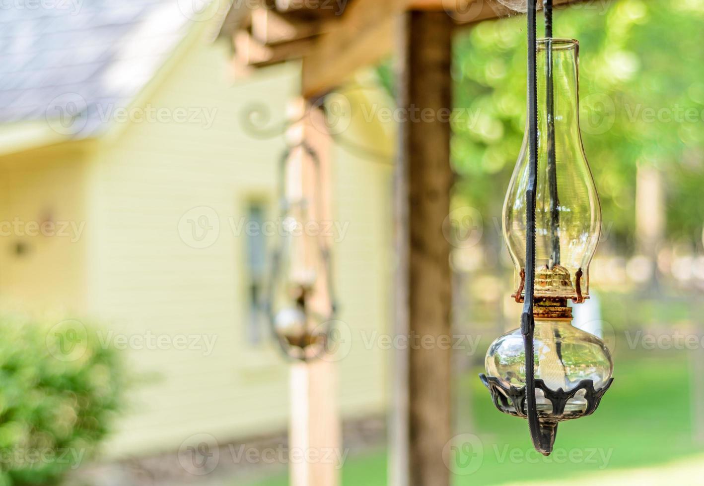 olielamp in de veranda foto