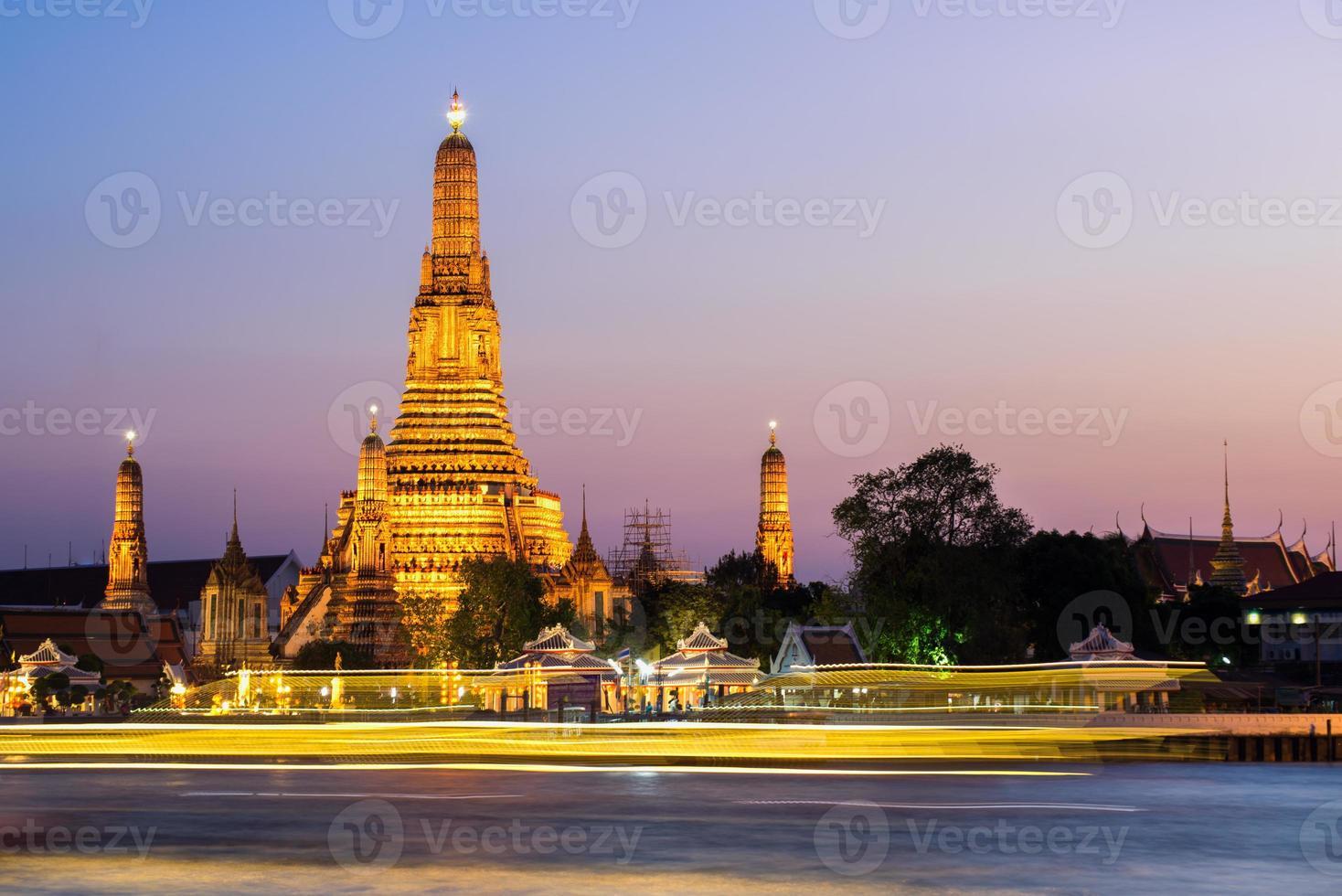 de tempel van de dageraad (wat arun) foto
