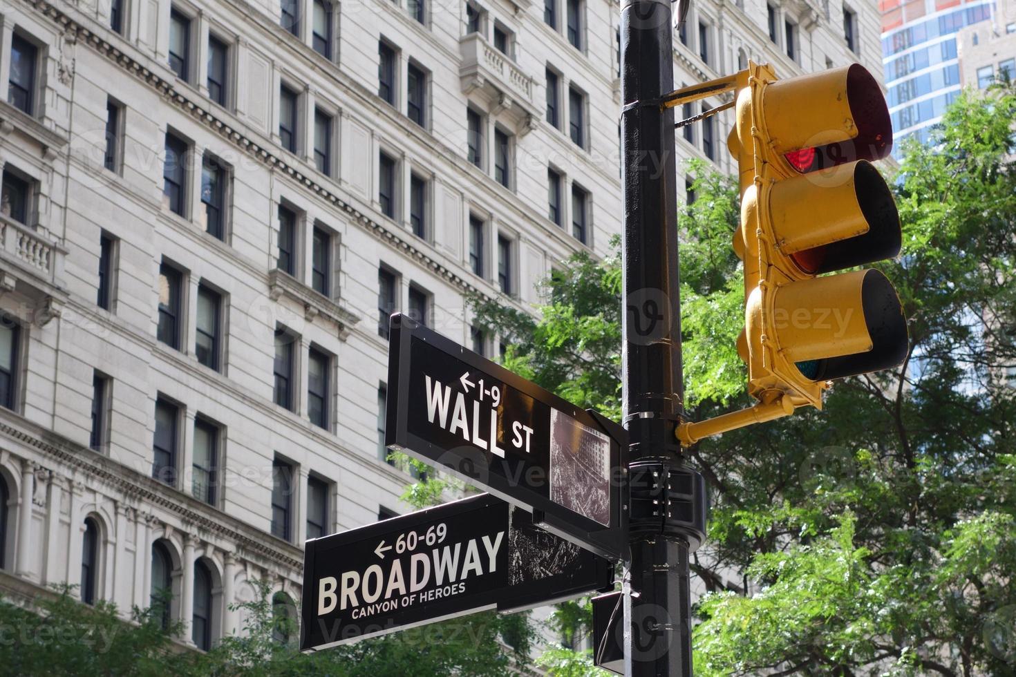 het oversteken van Wall Street / Broadway in Manhattan, New York foto