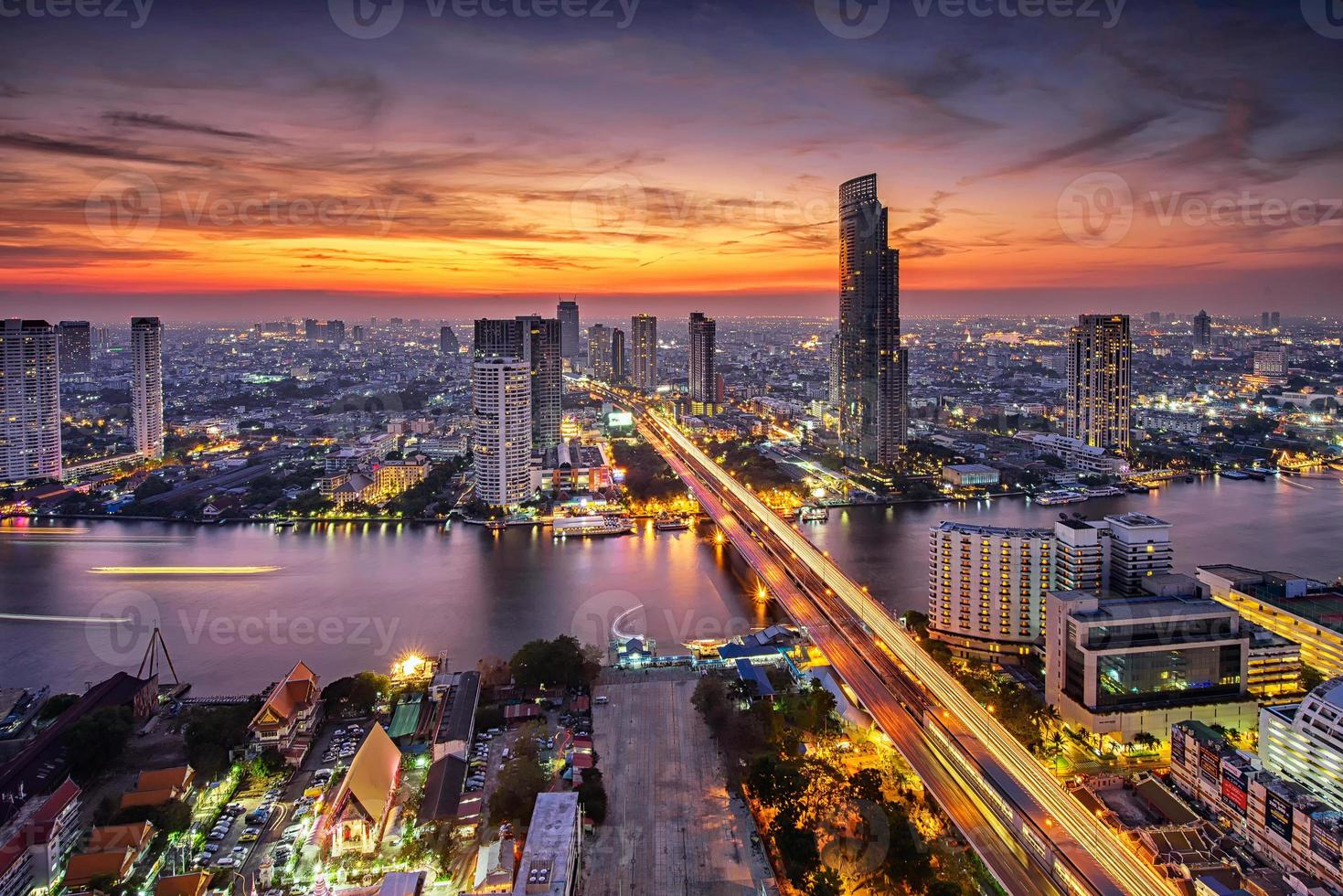 bangkok stad bij zonsondergang (taksin-brug) foto