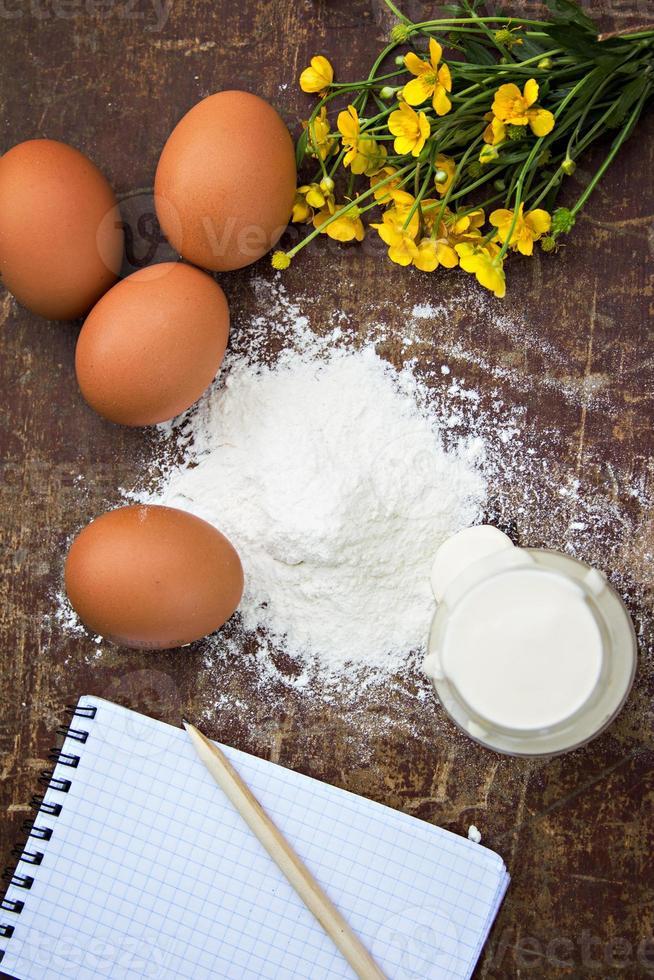 eieren, meel, zure room, receptenblokjes foto