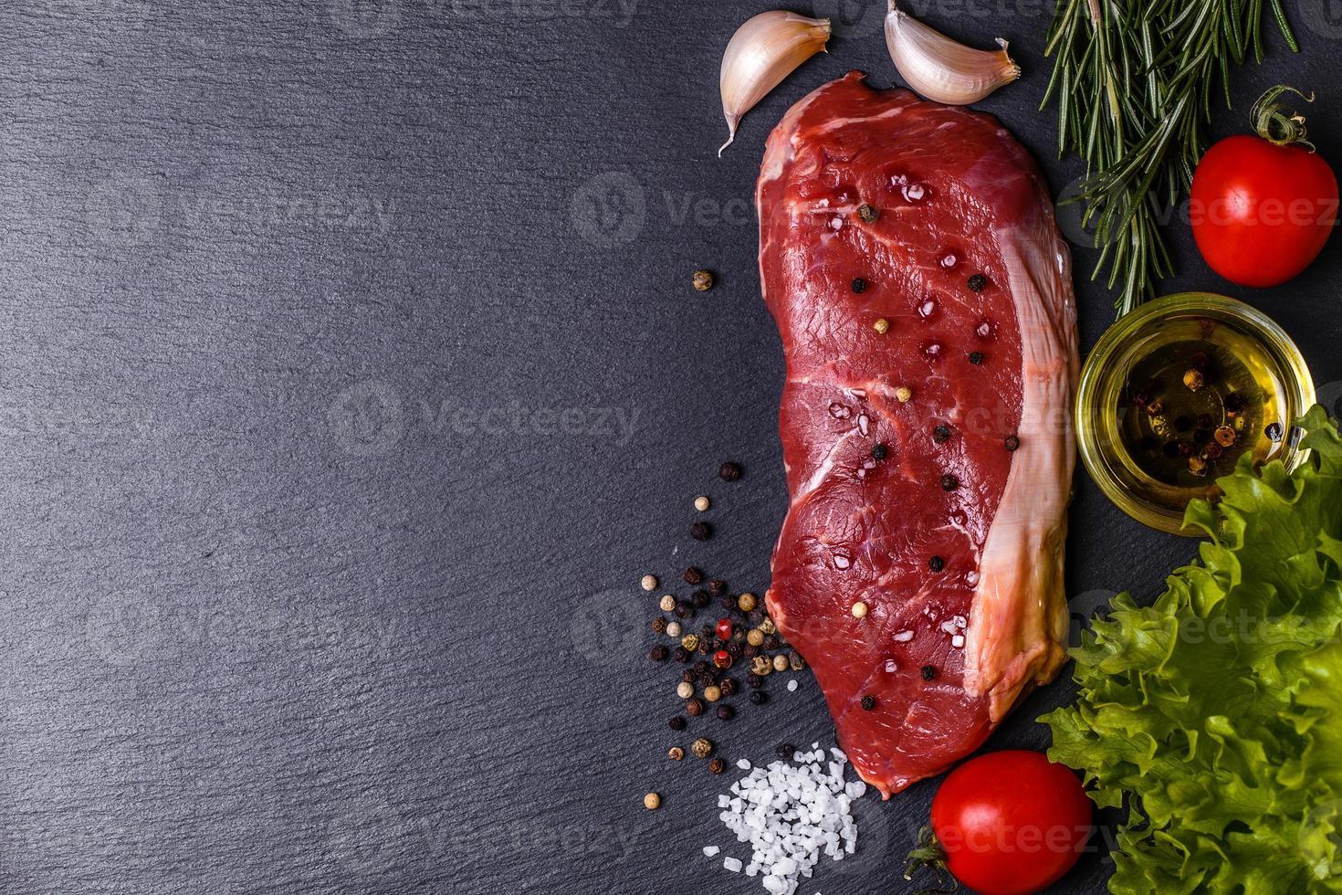 rauw vlees New York steak. foto
