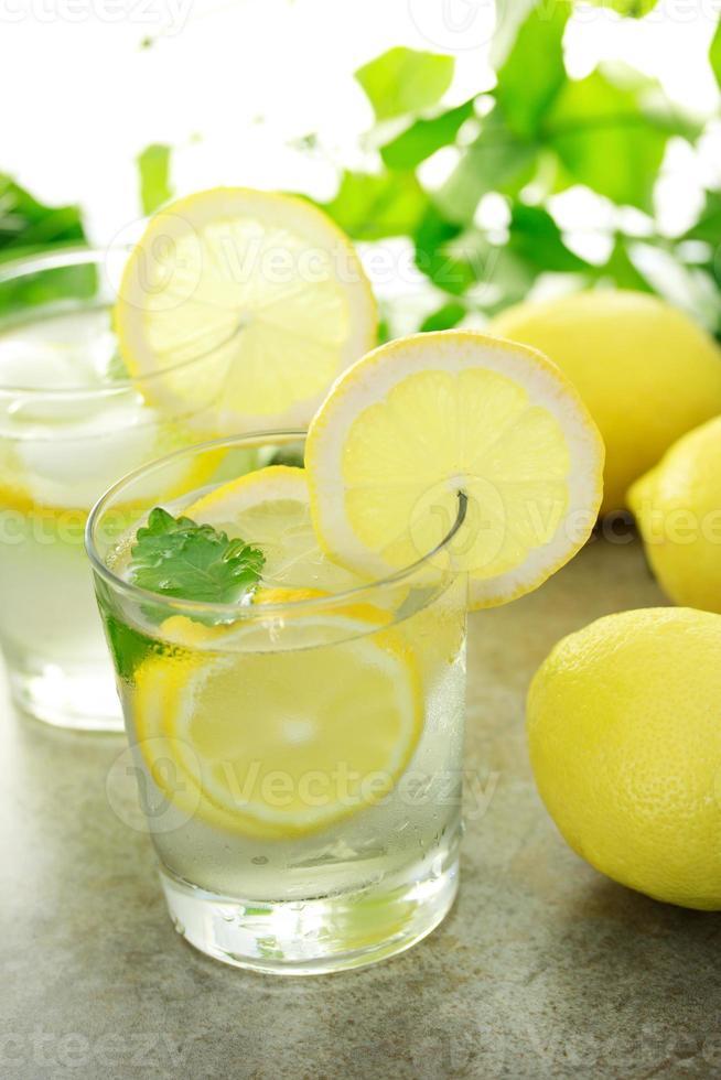 koud citroenwater foto