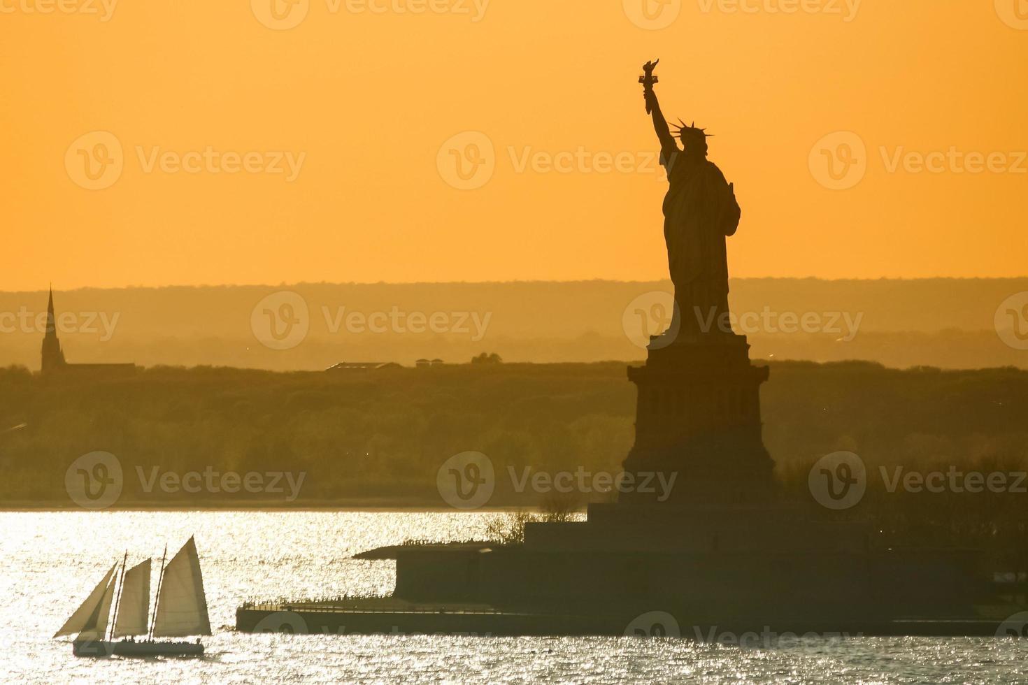 boot zeilen naast het Vrijheidsbeeld foto