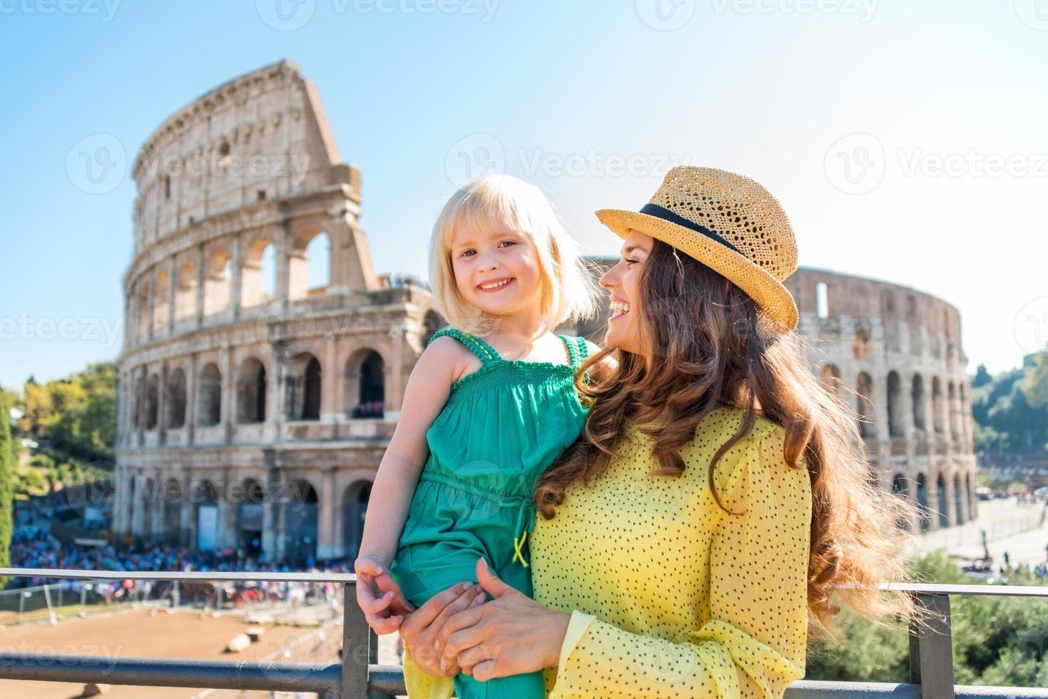 lachende moeder en dochter met colosseum op achtergrond foto