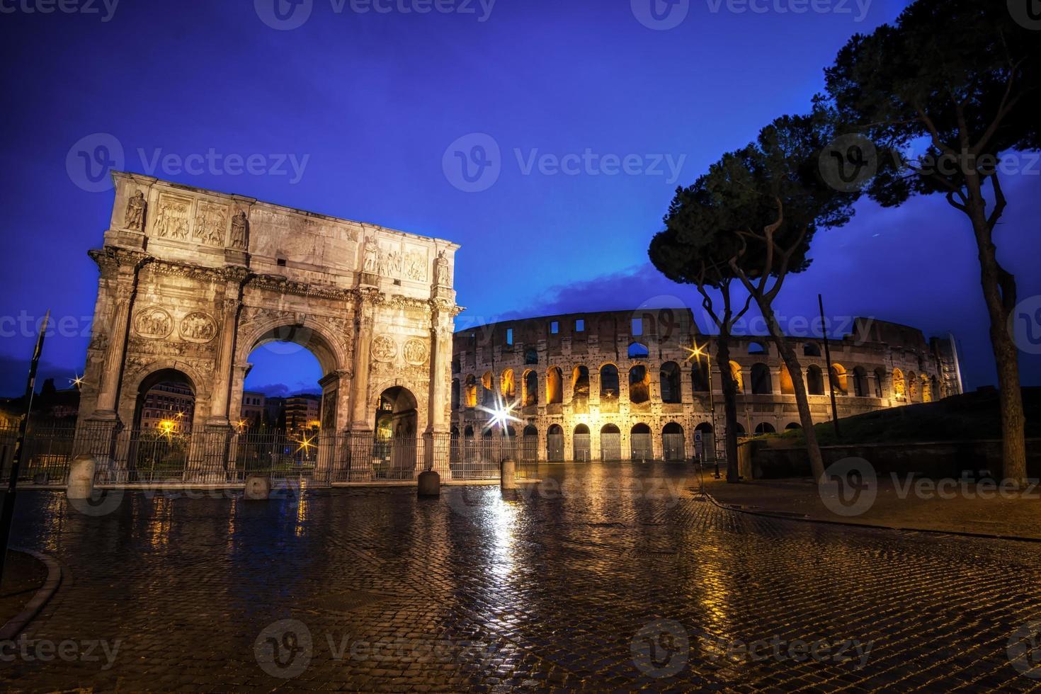 colosseum en constantine boog 's nachts foto