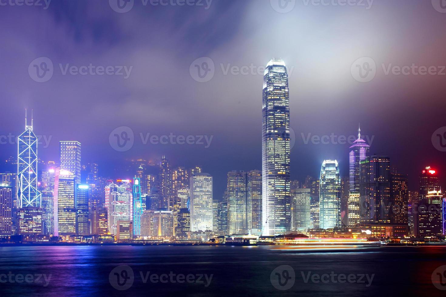 de skyline van de stad van de nacht van hong kong foto