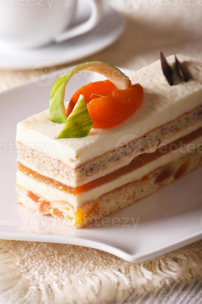 heerlijke abrikozencake op een verticaal van de plaatclose-up foto