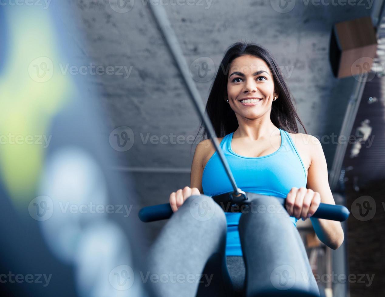 gelukkig charmante vrouw trainen in de sportschool foto