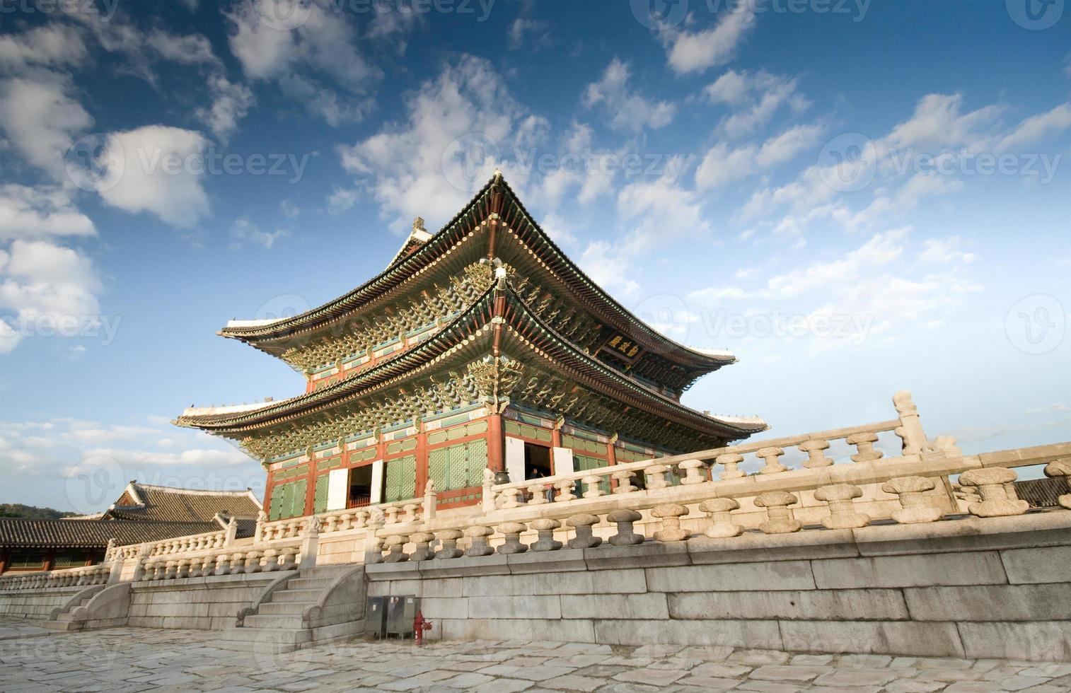een schilderachtig uitzicht van gyeongbok paleis overdag foto