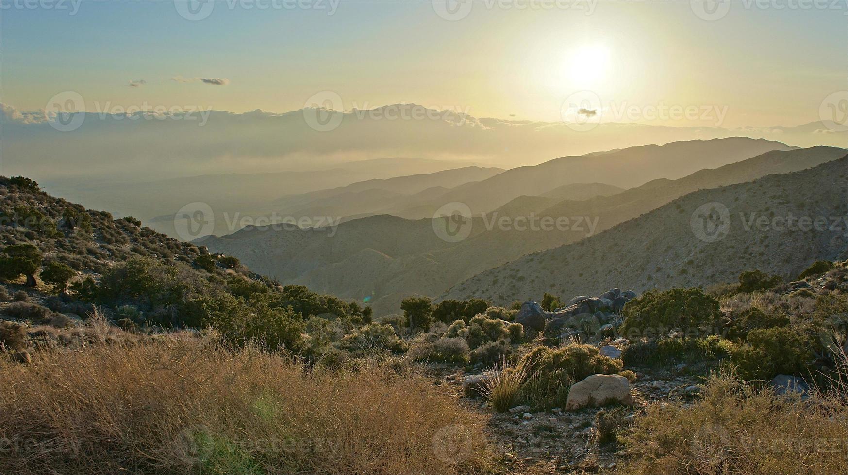 gelaagde woestijnbergen foto