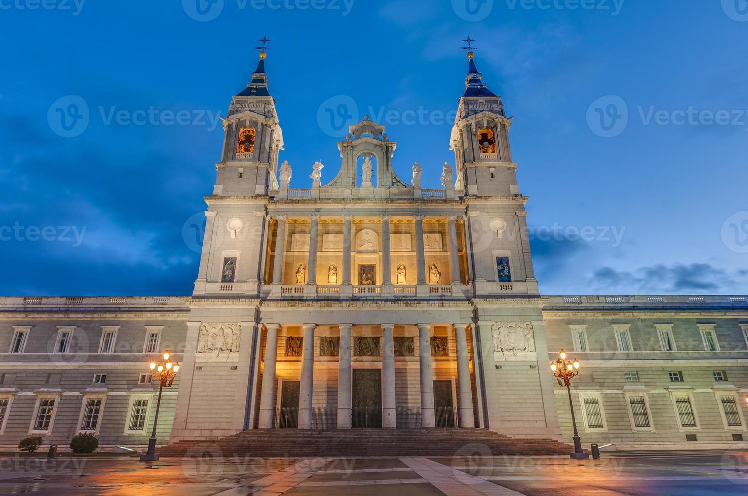 Almudena kathedraal in Madrid, Spanje. foto