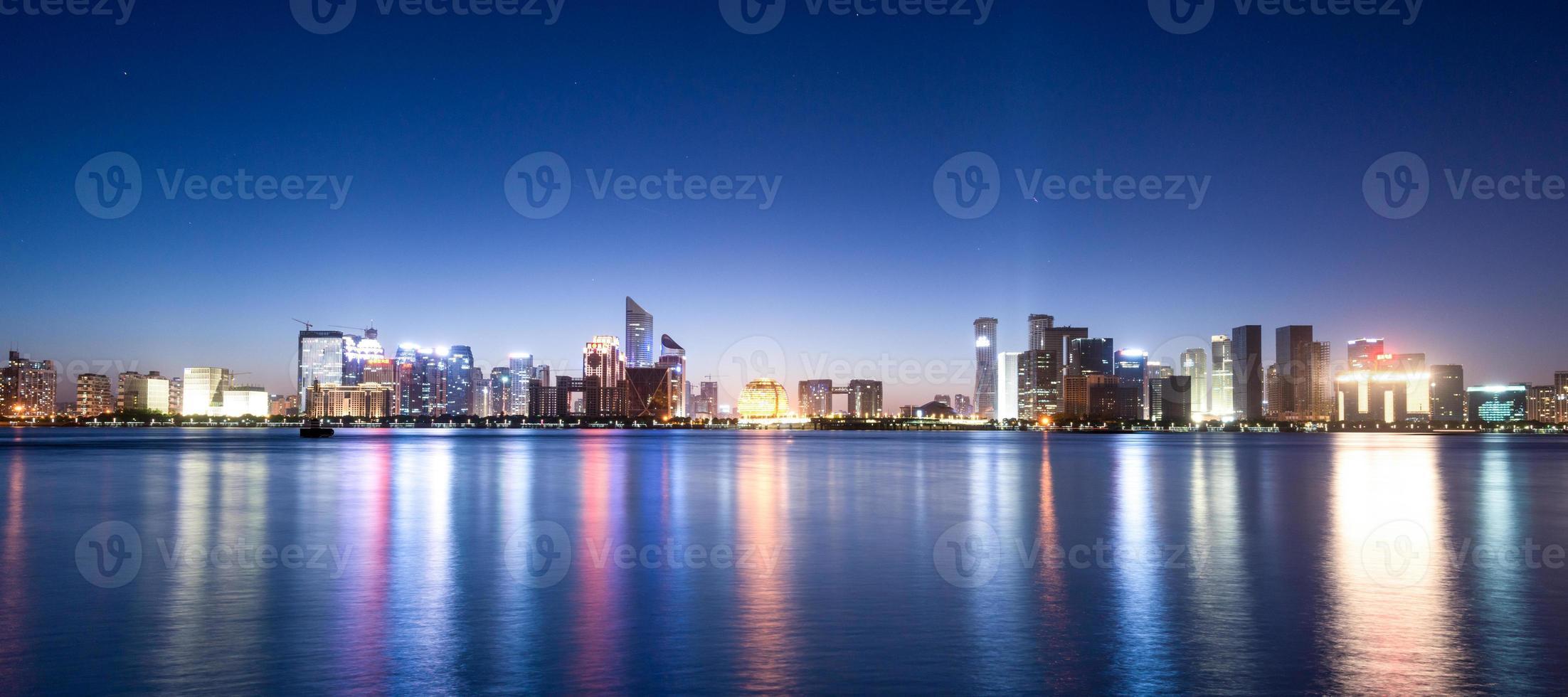 rivier en skyline van hangzhou foto
