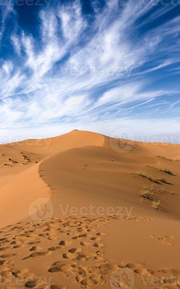 Sahara woestijnduinen, dramatische witte wolken foto