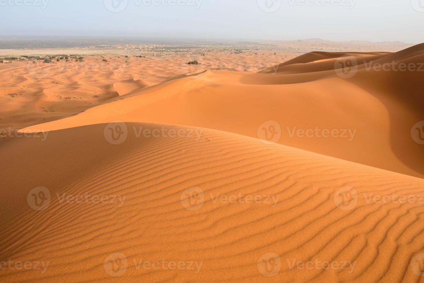 zandduinen in de Saharawoestijn, Merzouga, Marokko foto