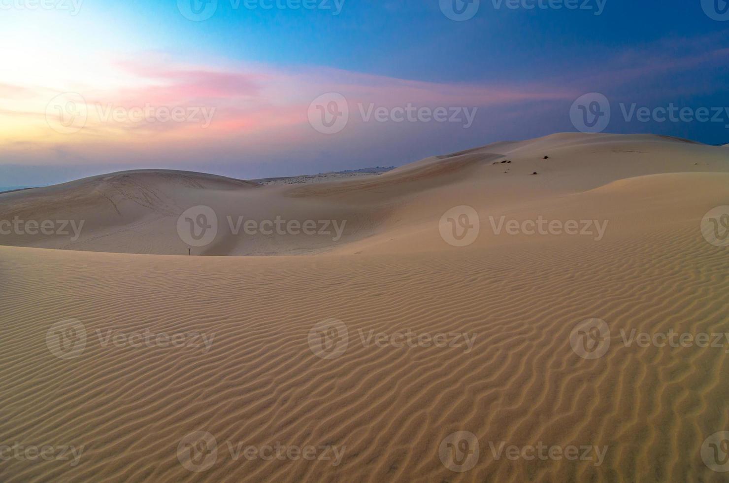 zandduinen bij zonsondergang in muine, vietnam foto