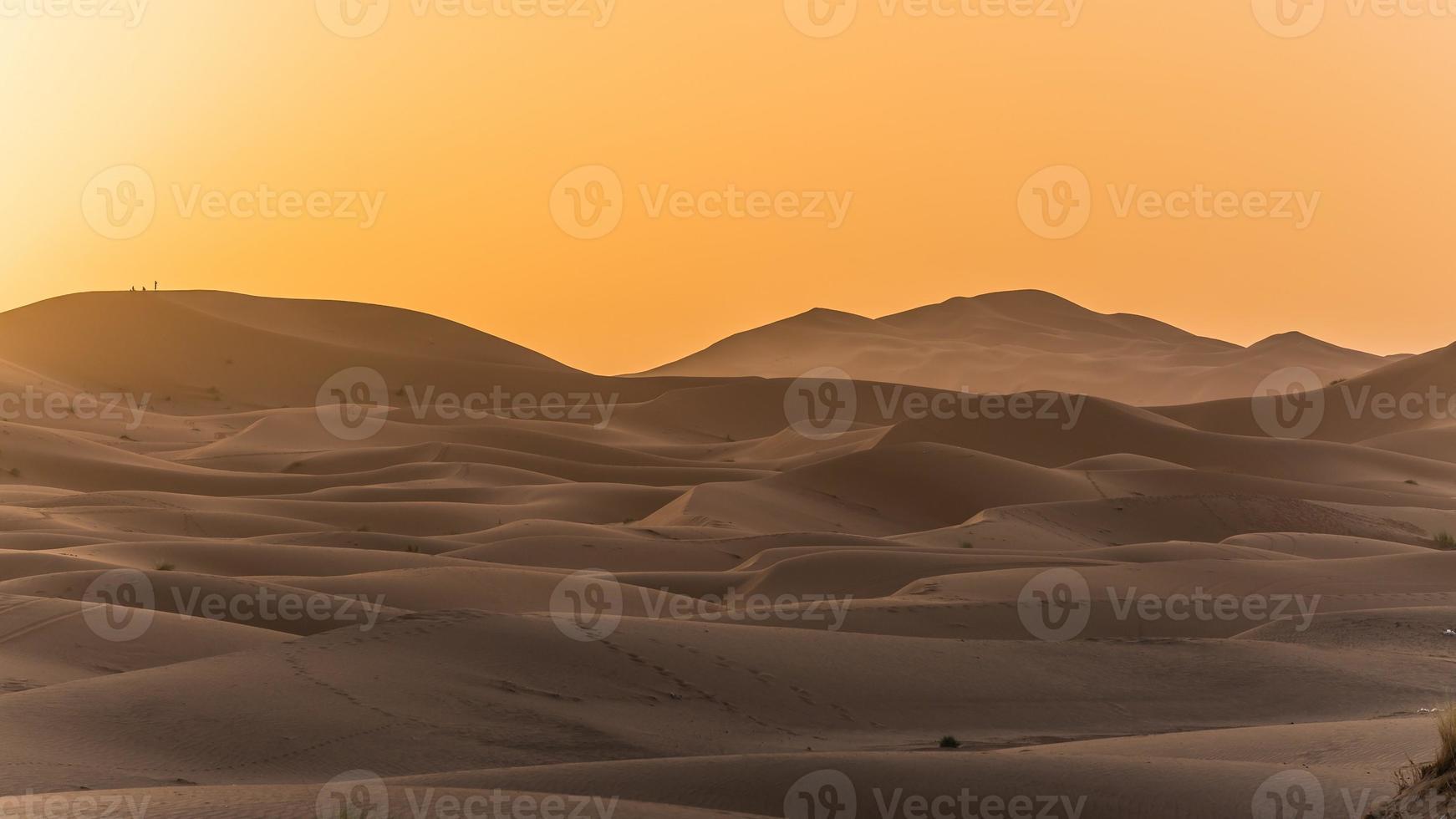 het verkennen van de Saharawoestijn in Marokko foto