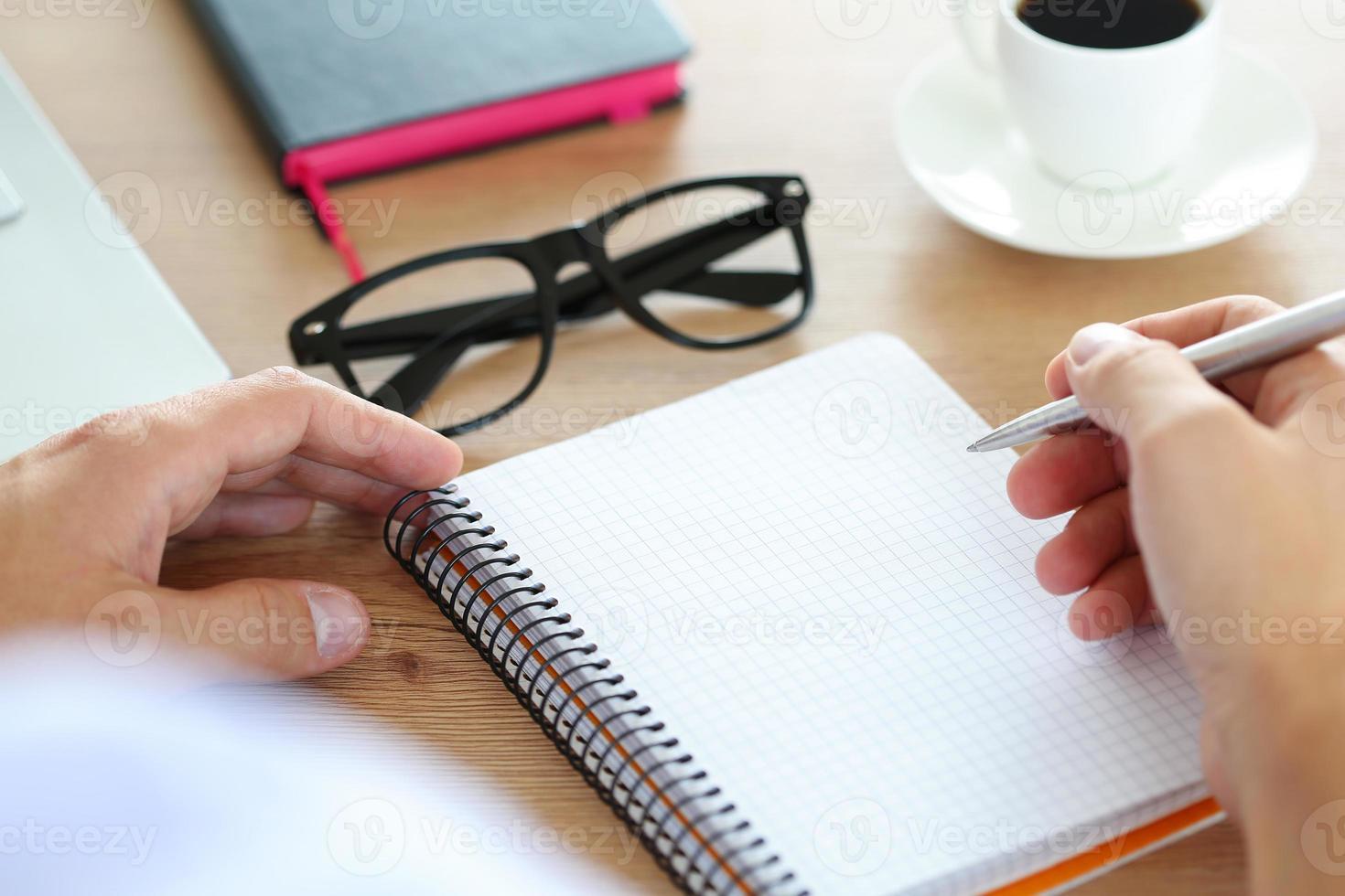 mannenhand met zilveren pen foto