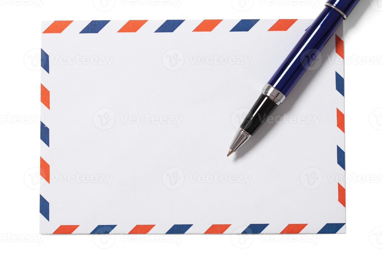 lege envelop en pen op wit foto