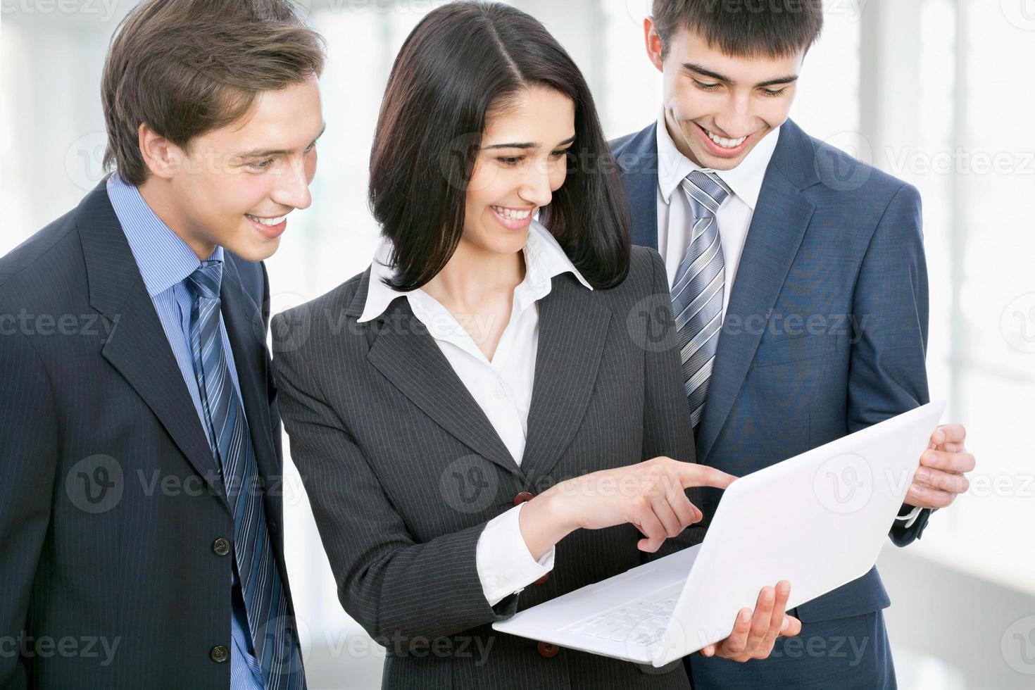 mensen uit het bedrijfsleven bespreken in een kantoor-gang foto