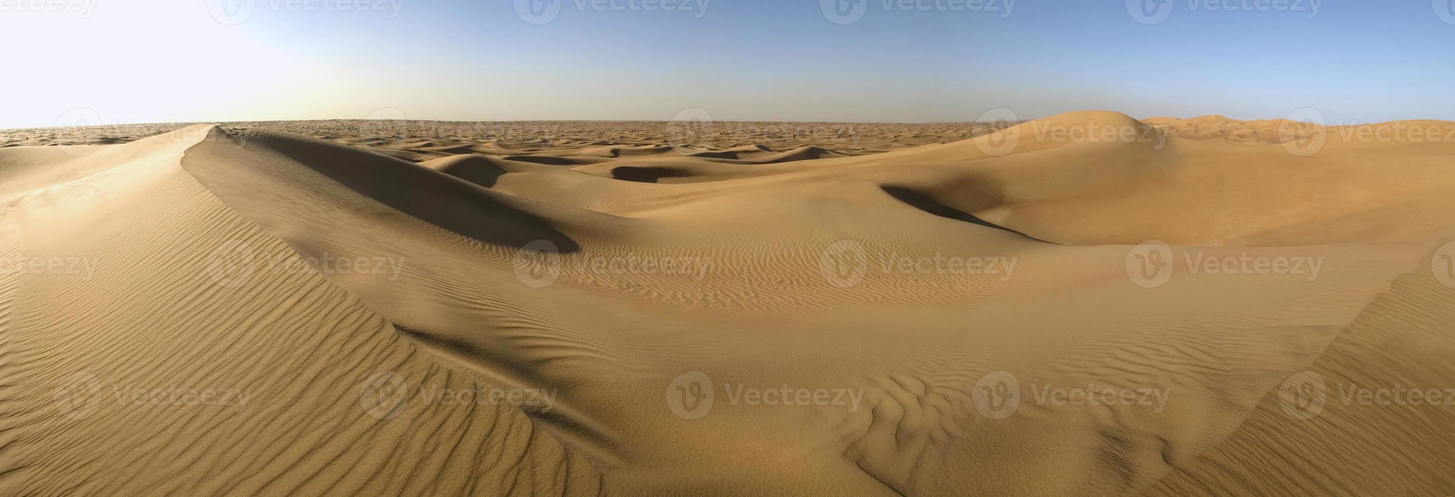 lege woestijn met zandduinen en geen wegen foto