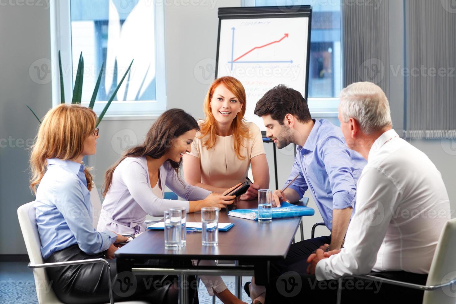 mensen uit het bedrijfsleven bespreken tijdens vergadering foto