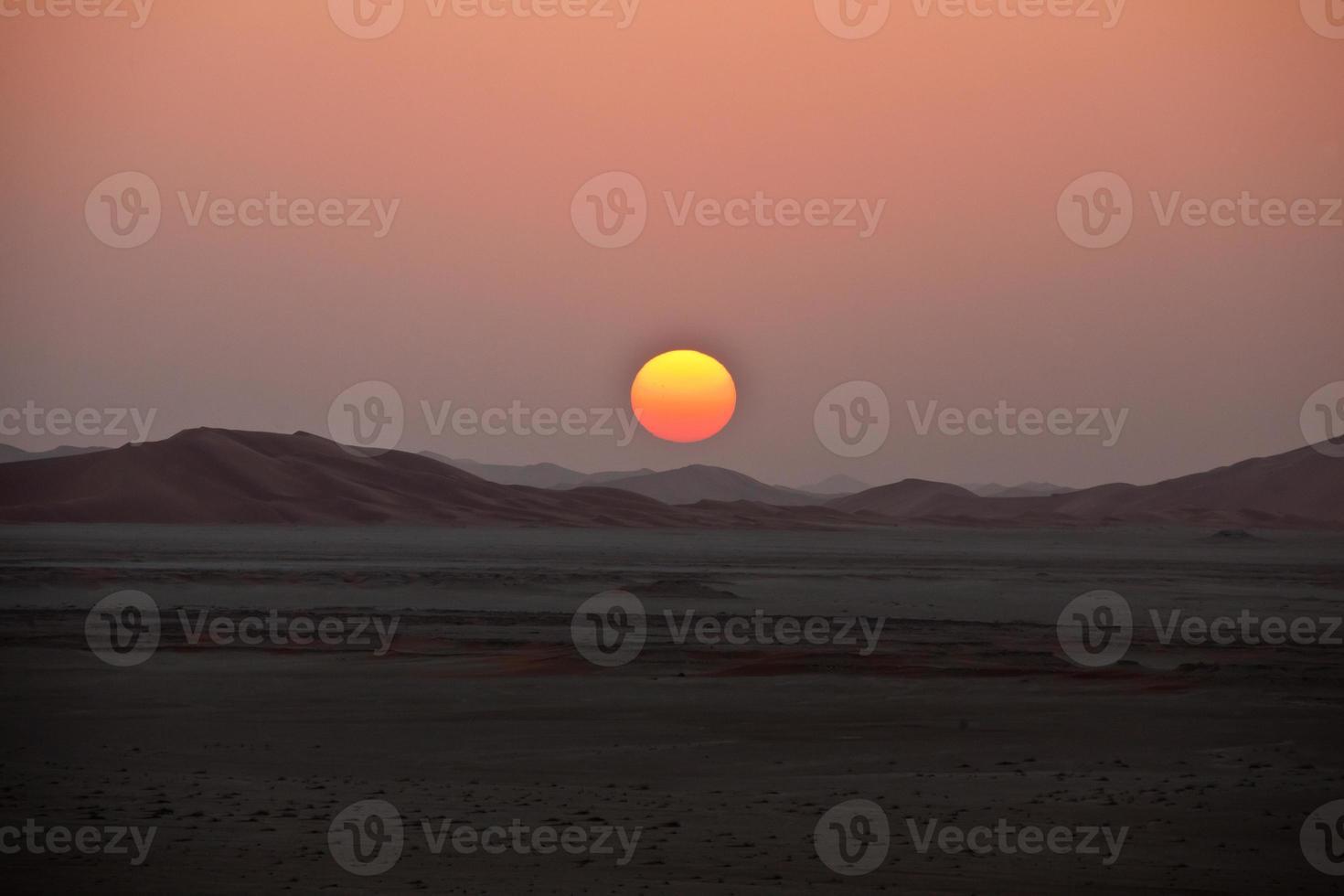 zonsondergang in de omani woestijn wrijf al khali foto