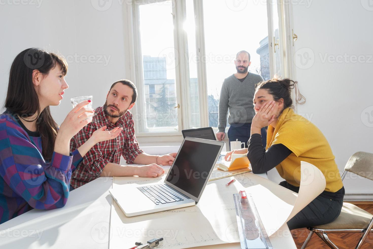 jonge groep mensen / architecten die bedrijfsplannen bespreken foto