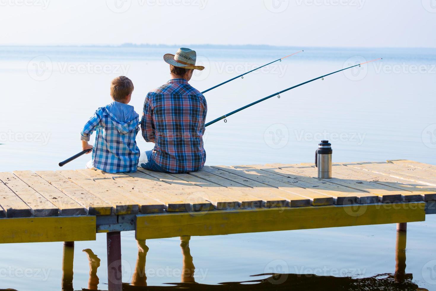 jongen en zijn vader aan het vissen foto