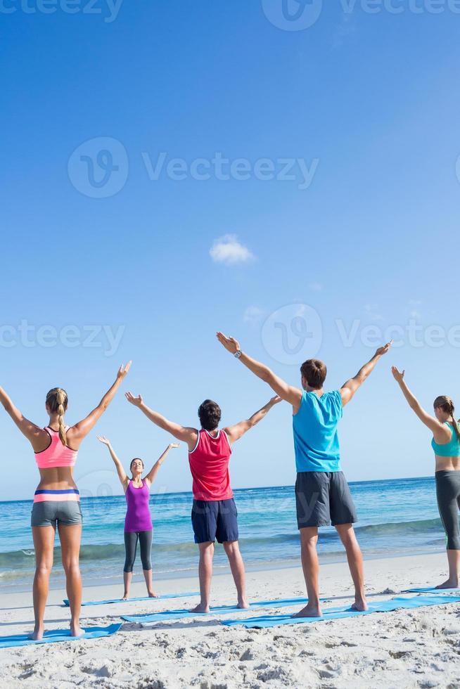 vrienden die zich uitstrekken samen met hun leraar foto