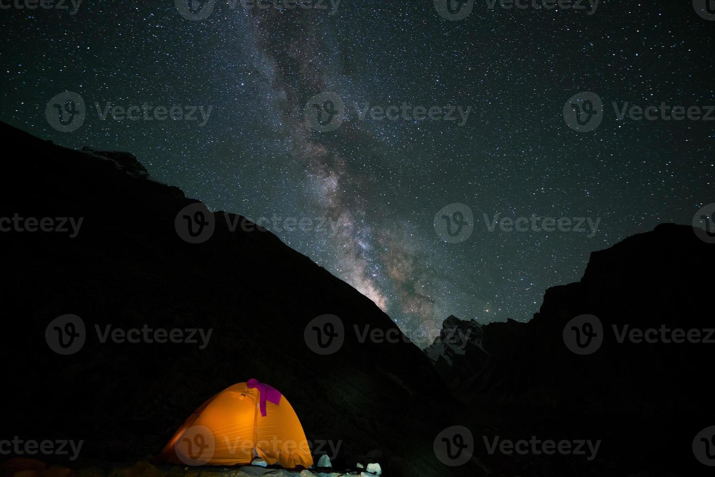 Melkweg over kampeertent, Karakoram-bereik, Pakistan foto