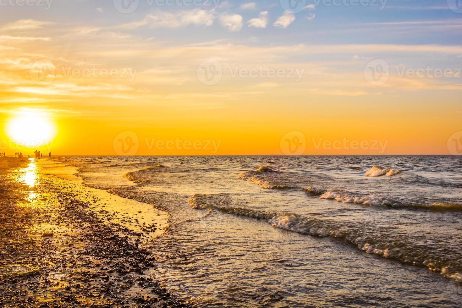 pittoreske zonsondergang op het strand foto