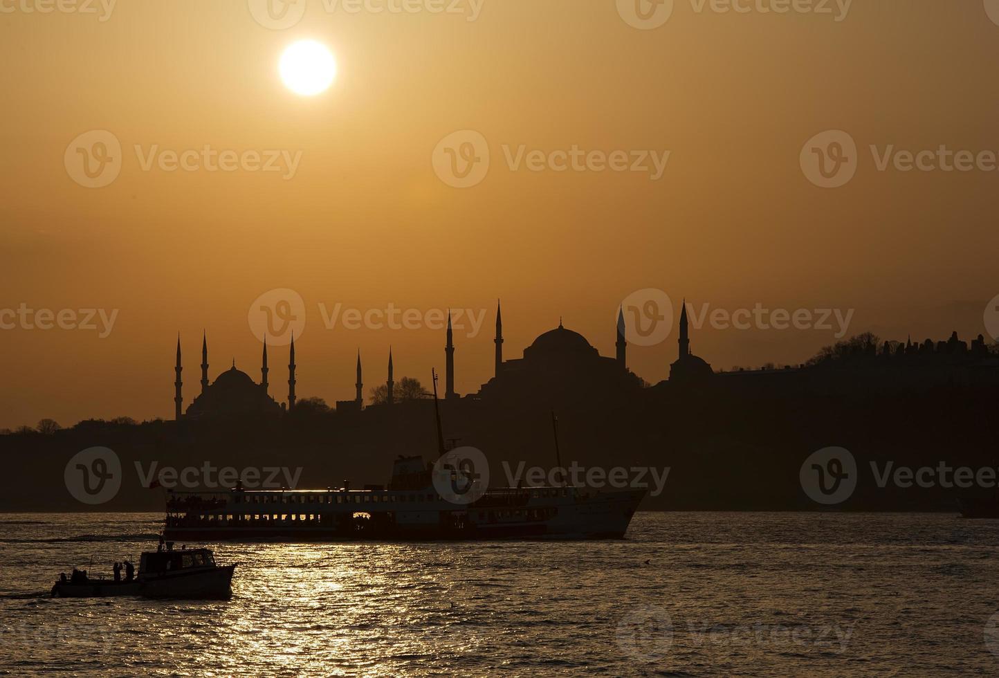 blauwe moskee en hagia sofia in de zon foto