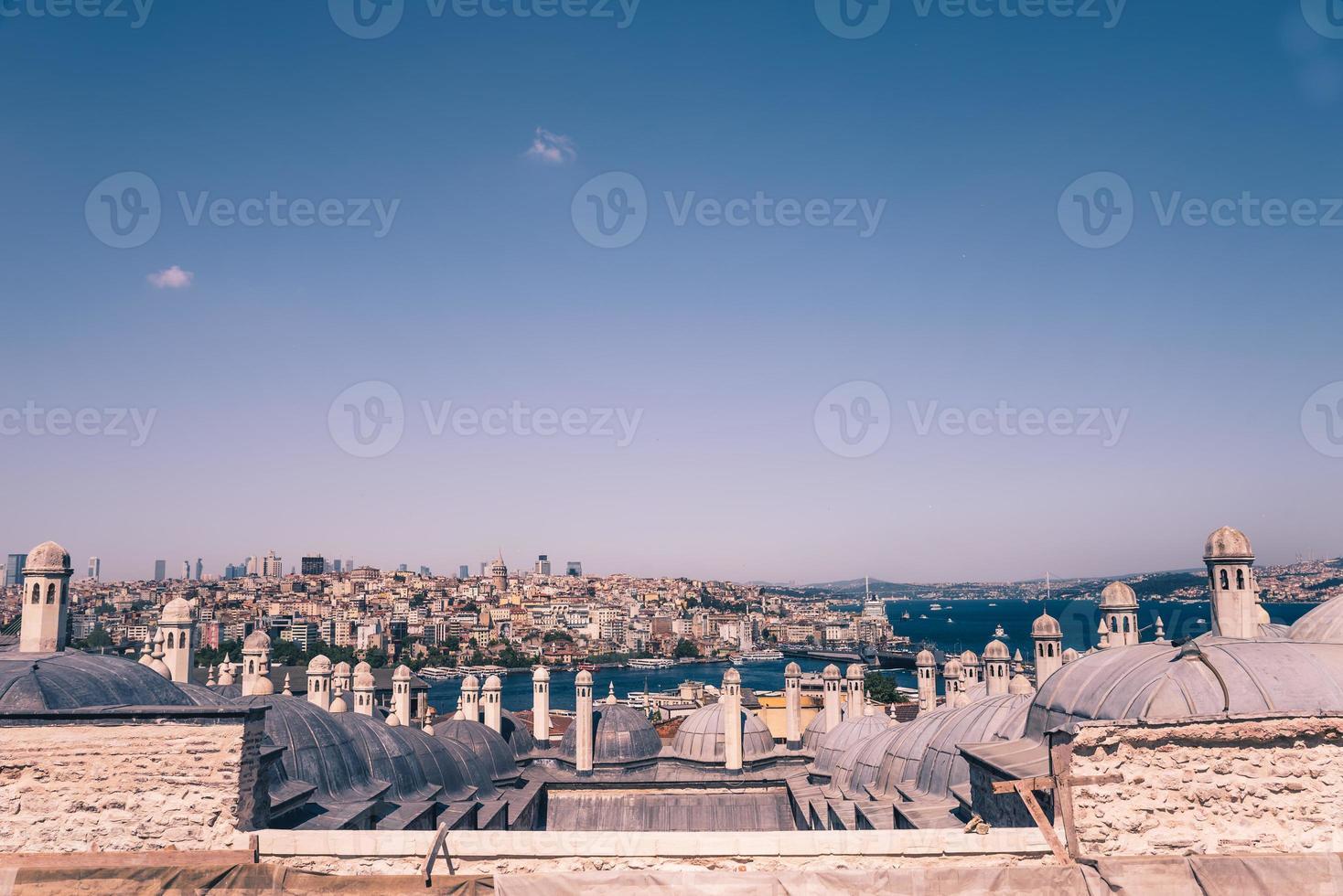 hoog zicht op de Bosporus zee en de stad Istanbul foto