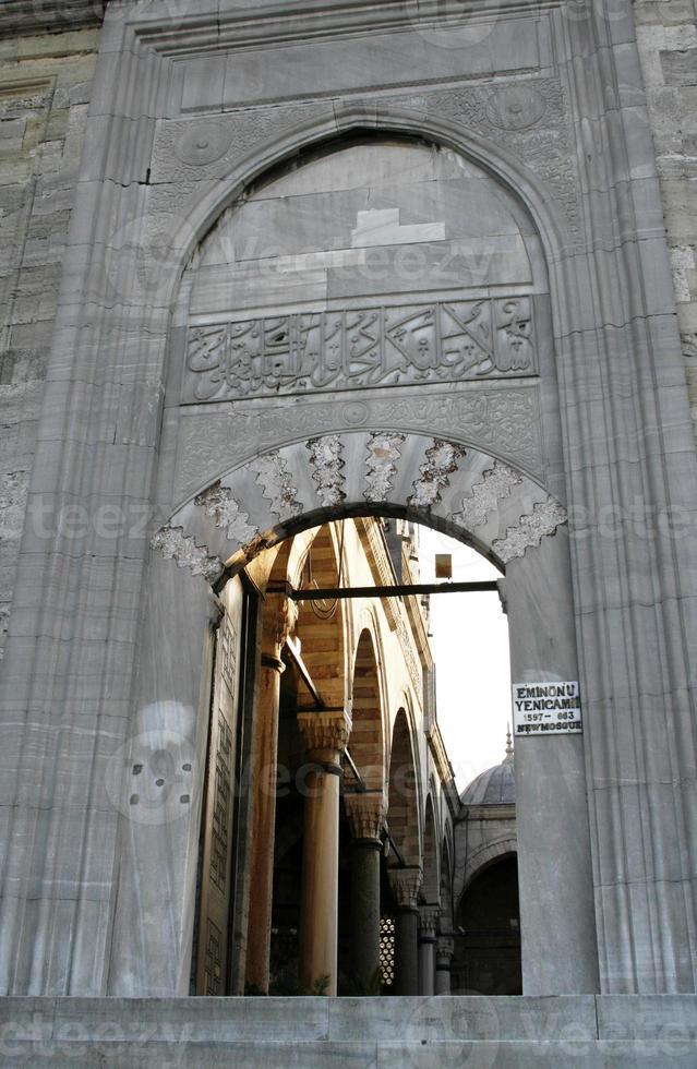 gewelfde ingang van nieuwe moskee in istanbul. foto