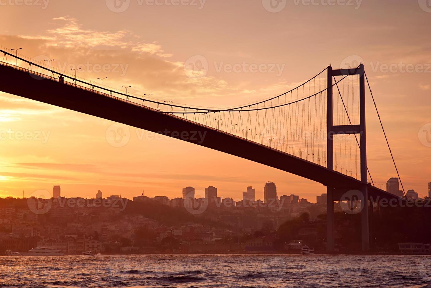 Bosporus-brug in Istanbul bij zonsondergang foto