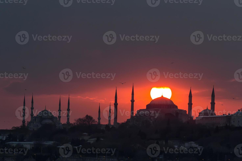 de blauwe moskee en de hagia sophia en zonsondergang istanbul, turkije foto