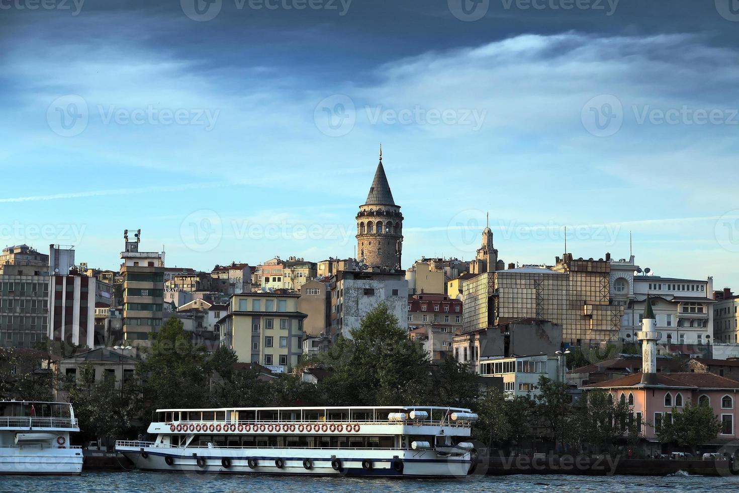 Galatatoren - Istanboel zee vooraanzicht, Bosporus, Turkije. foto