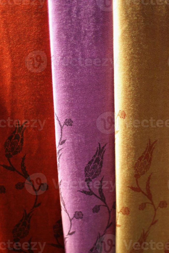 handgemaakte sjaals op de bazaar in istanbul, turkije foto