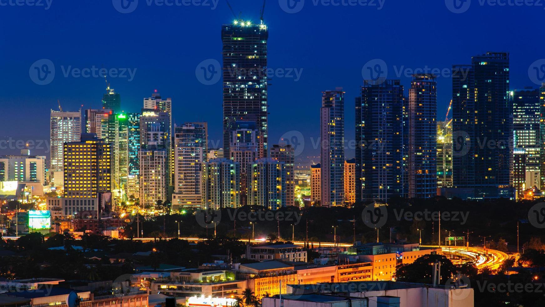 stadsgezicht van Manilla 's nachts foto