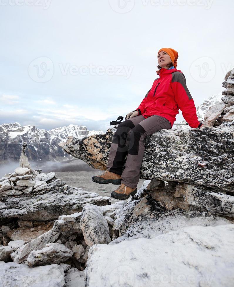 wandelaar rust op de trektocht in de Himalaya, Nepal foto