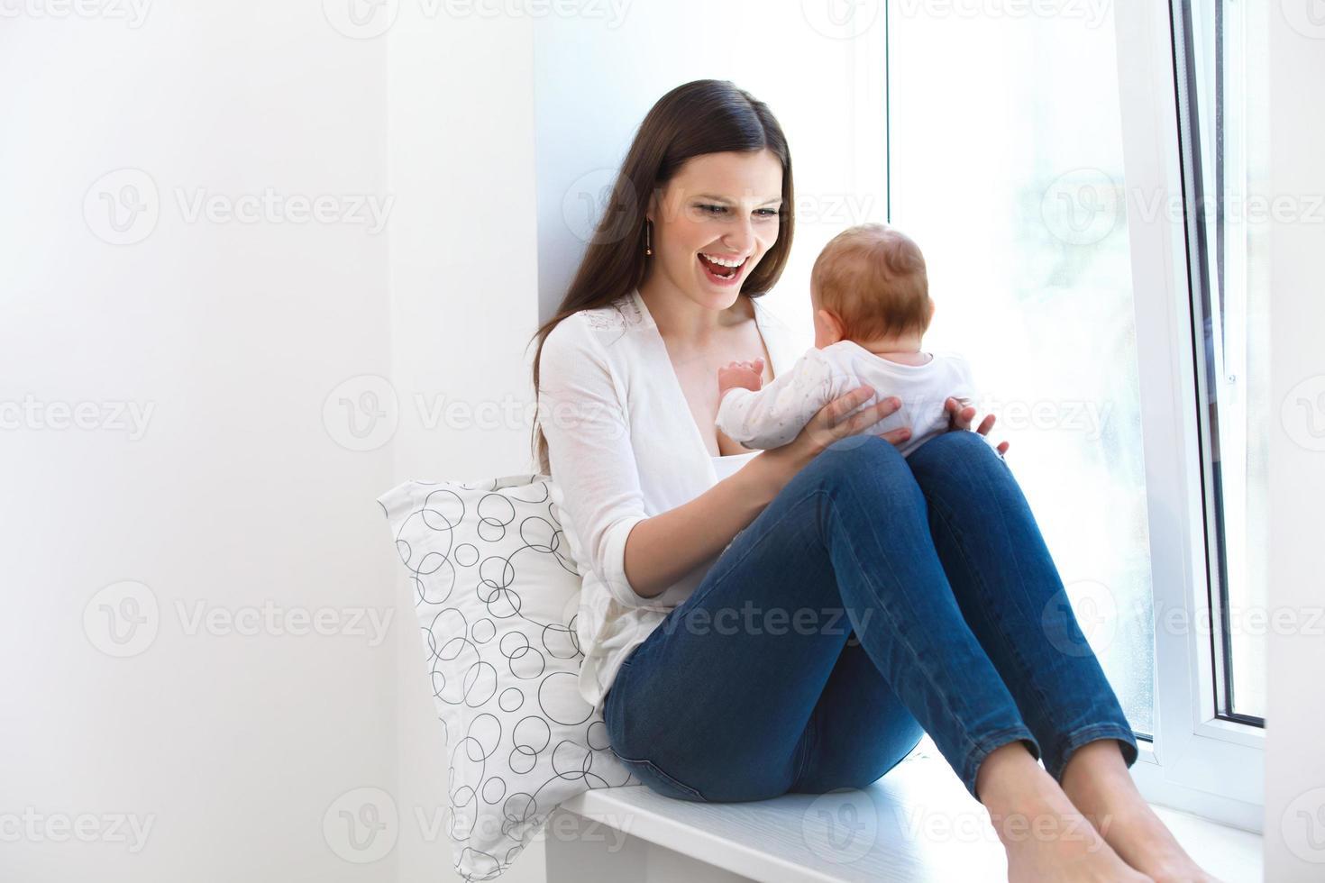 moeder en baby spelen. gelukkig gezin foto