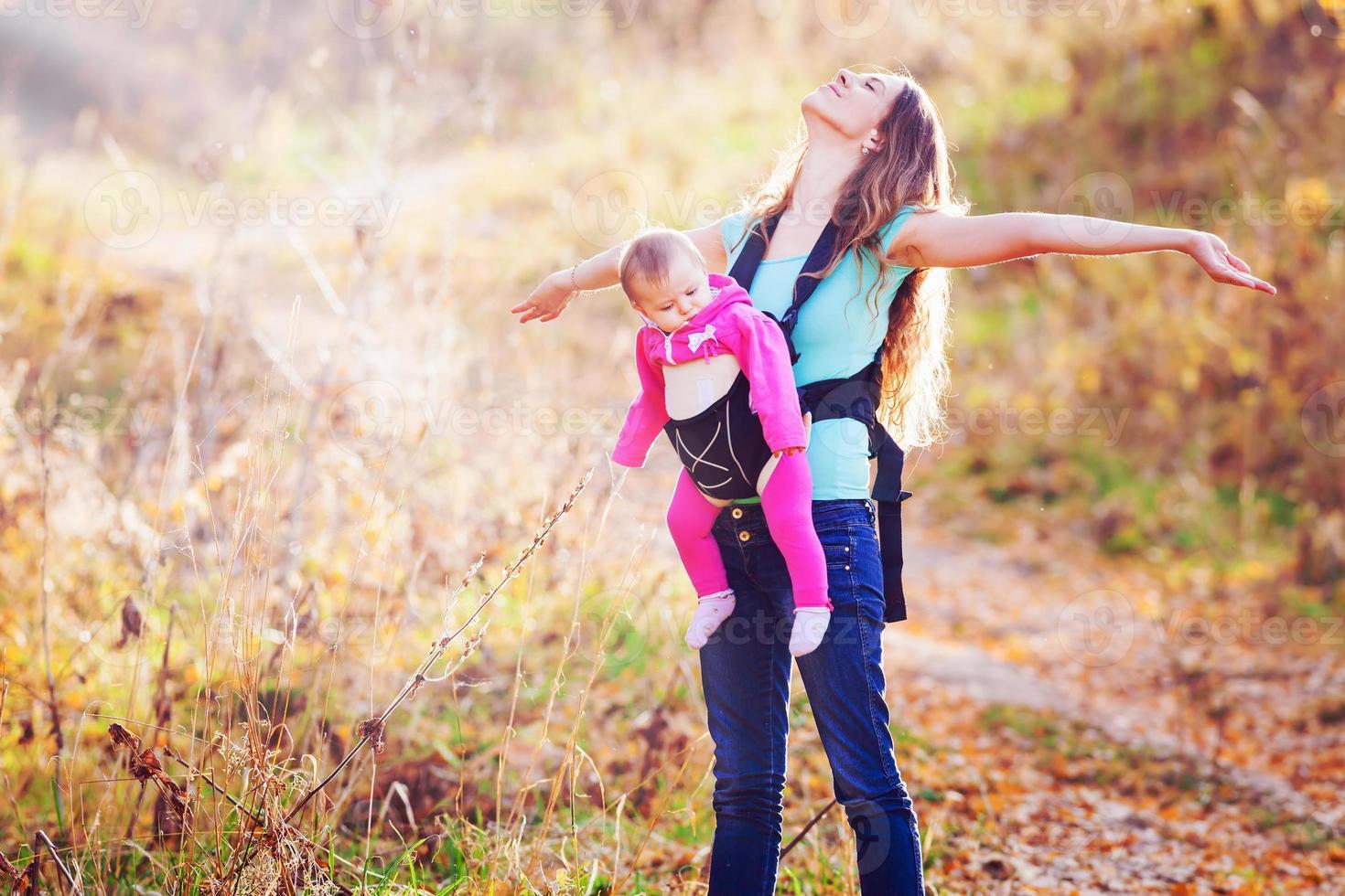 gelukkig kind en moeder buiten in het park foto